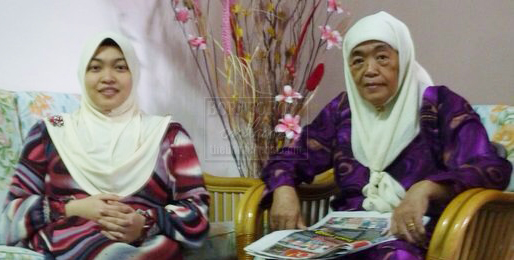 Siti Zuraidah with her mother at home