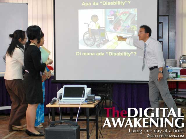 Dr. Kenji Kuno facilitating the Disability Equality Training (DET) for JOCV members and Malaysian counterparts
