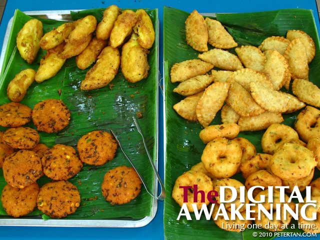 Deep-fried bananas, curry puffs, and vadais at Restoran Kanna Curry House